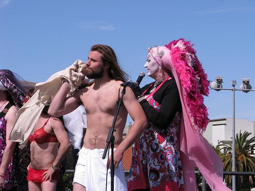 """Hunky Jesus: Evento homossexual zomba do Cristianismo elegendo o """"melhor e mais atraente"""" Jesus Cristo gay."""